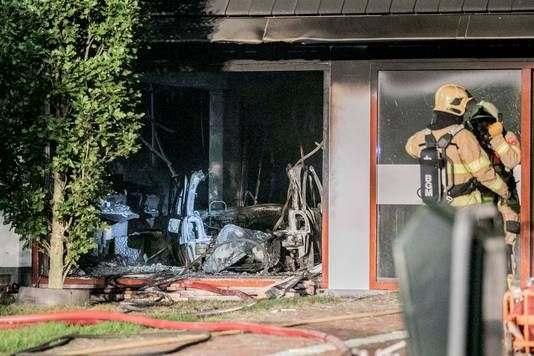 荷蘭汽車載氣罐撞市政廳爆炸 司機身亡