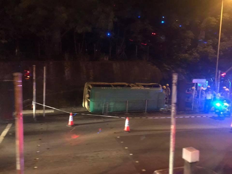 香港專線小巴翻側 至少10傷