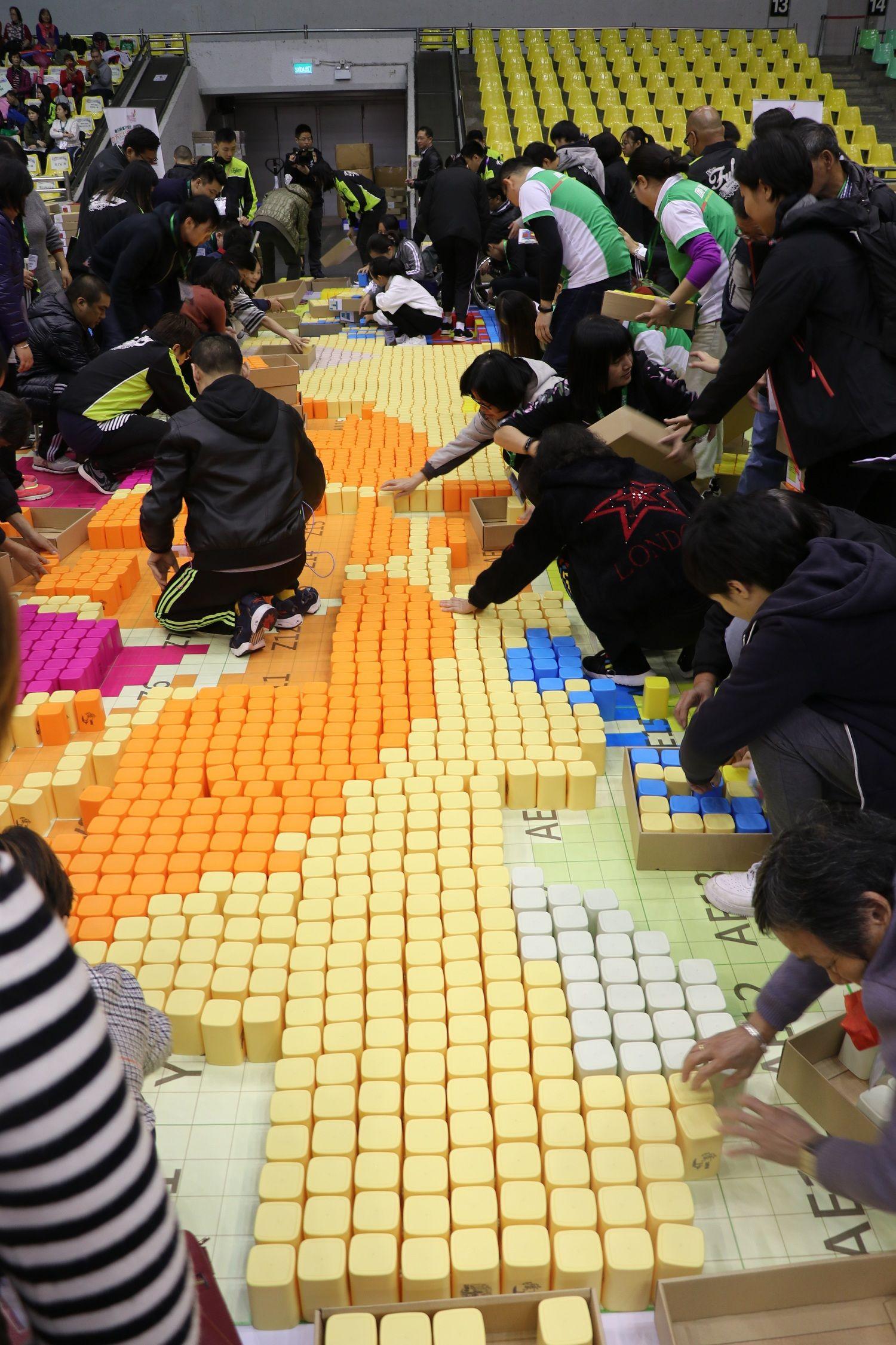 約300人砌22,650杯子破健力士紀錄
