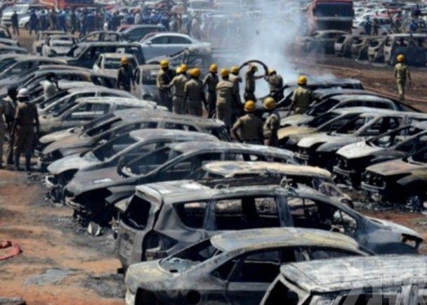 印度露天停車場大火逾300汽車被燒燬