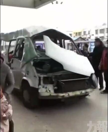 民眾用變形麵包車運送傷者