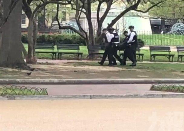 一男子白宮外自焚燒傷被拘