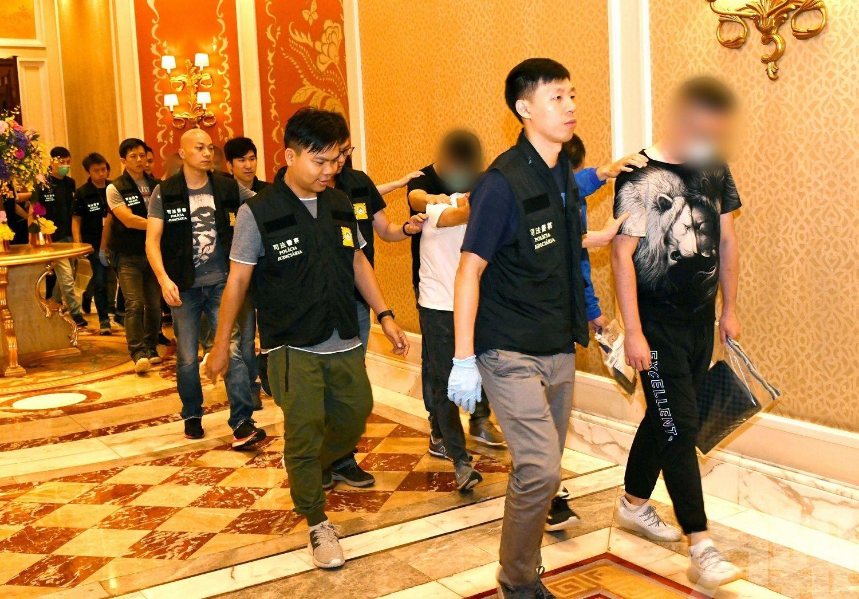 13人涉非法活動被帶返調查