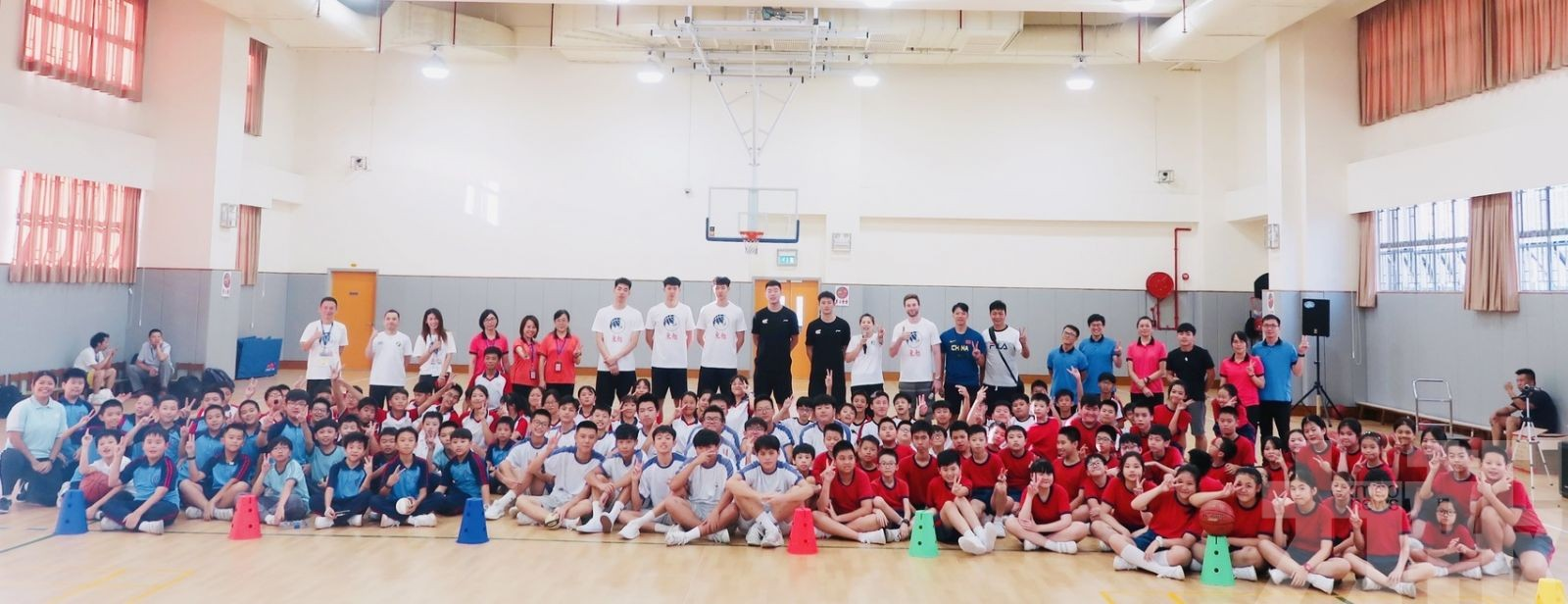 「非凡12」球星為學生傳授球技