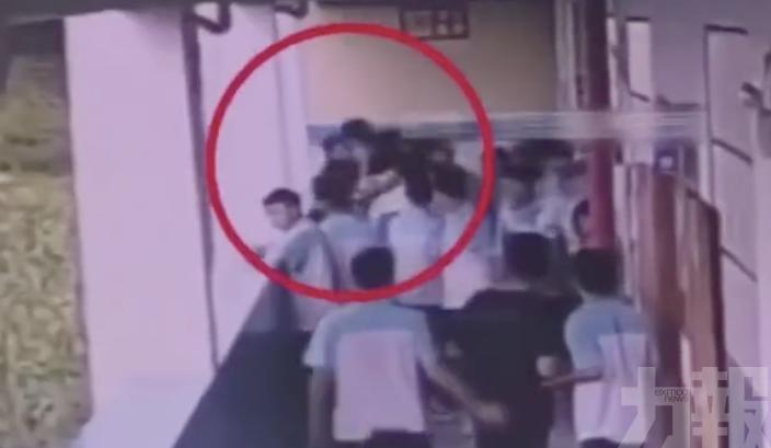 廣西中學生反擊將同學「掟落樓」
