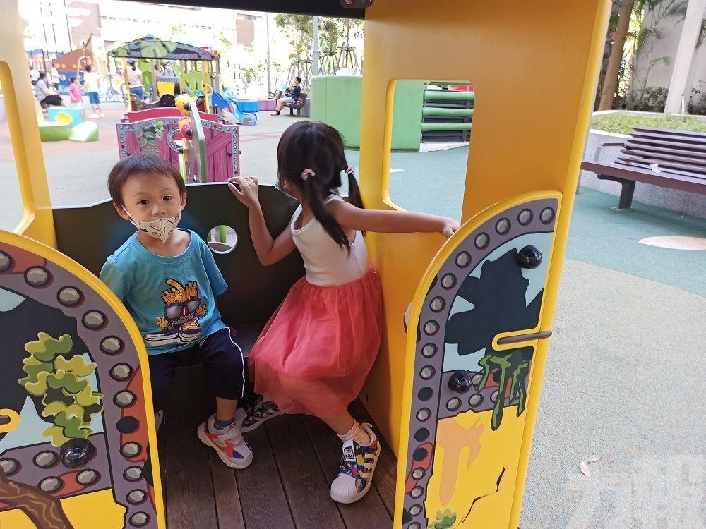 盛暑無阻兒童戴罩耍樂