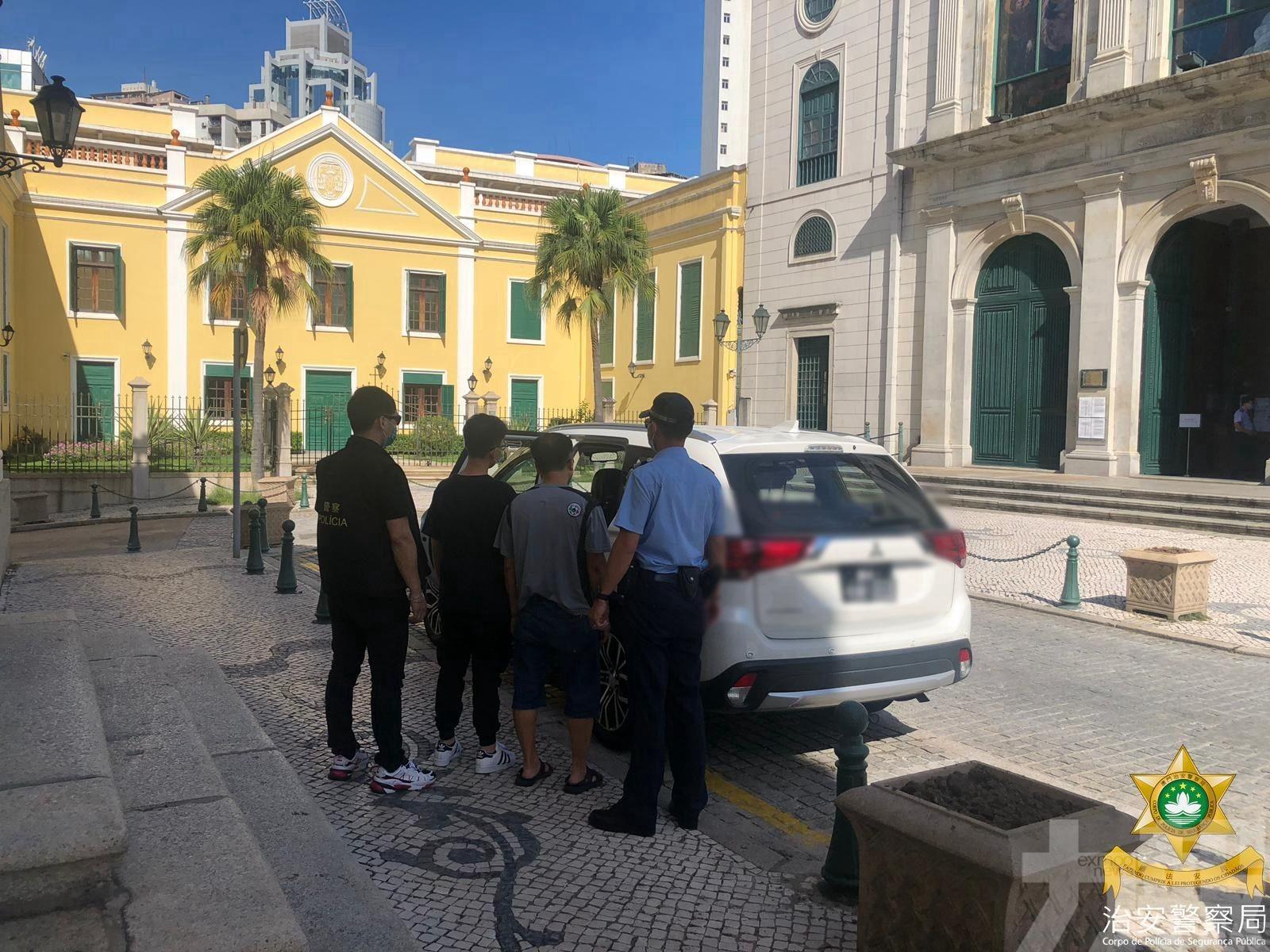 貪心公務員與愛兒齊被捕