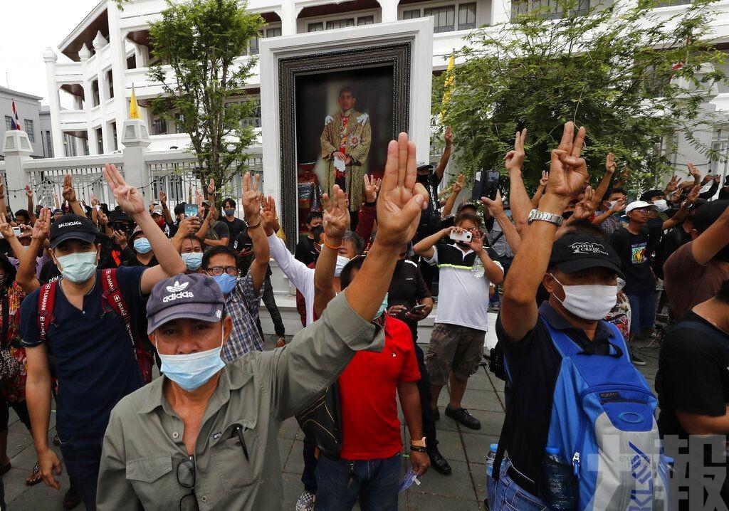 曼谷民眾要求還政於民 改革王室
