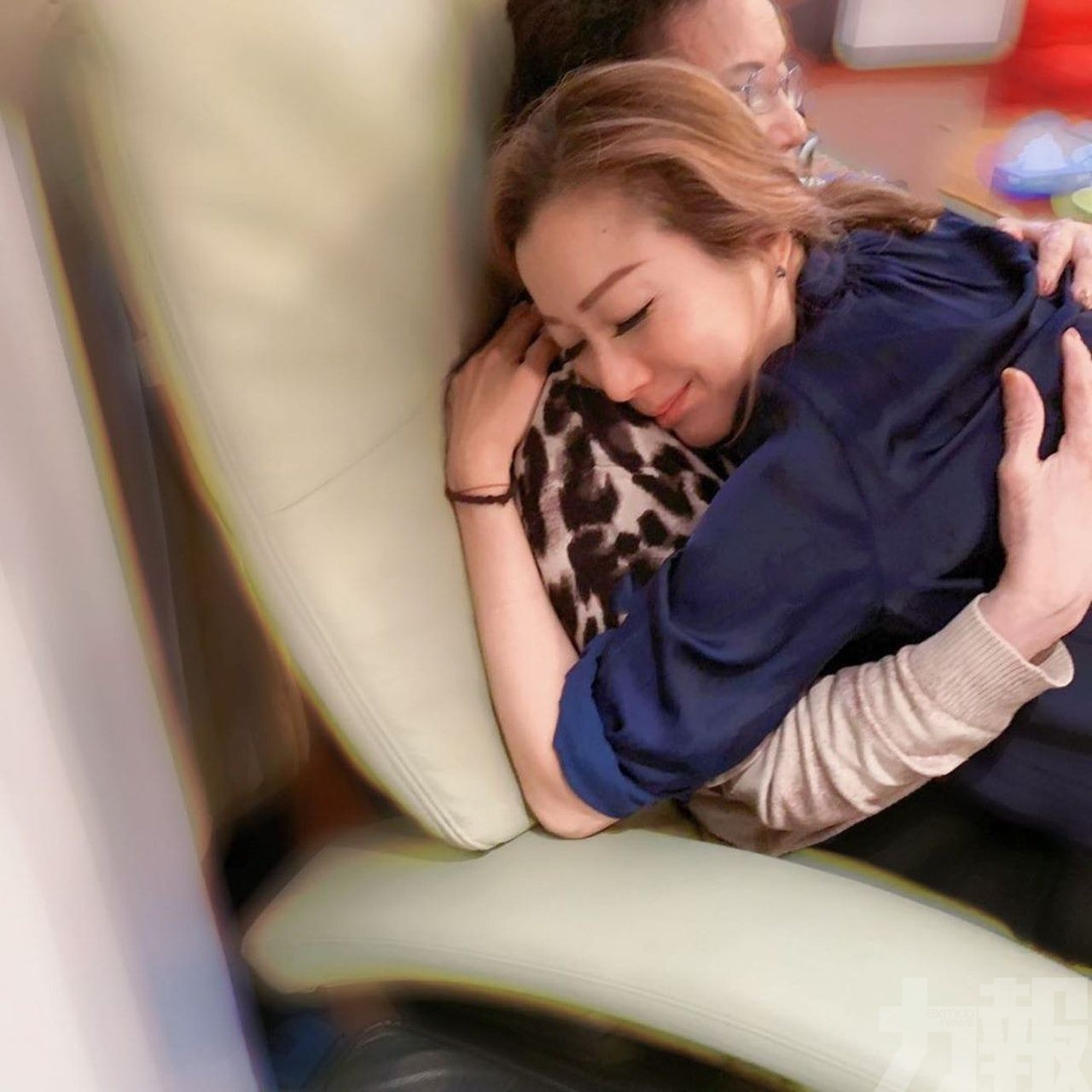 鄭秀文為年老媽媽按摩超有愛