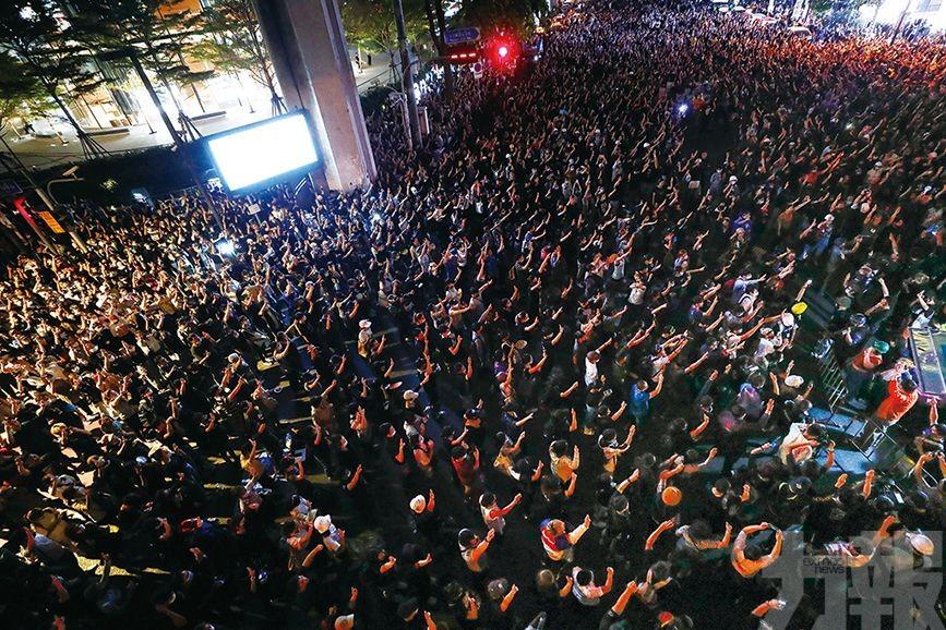 曼谷示威者包圍警察總部