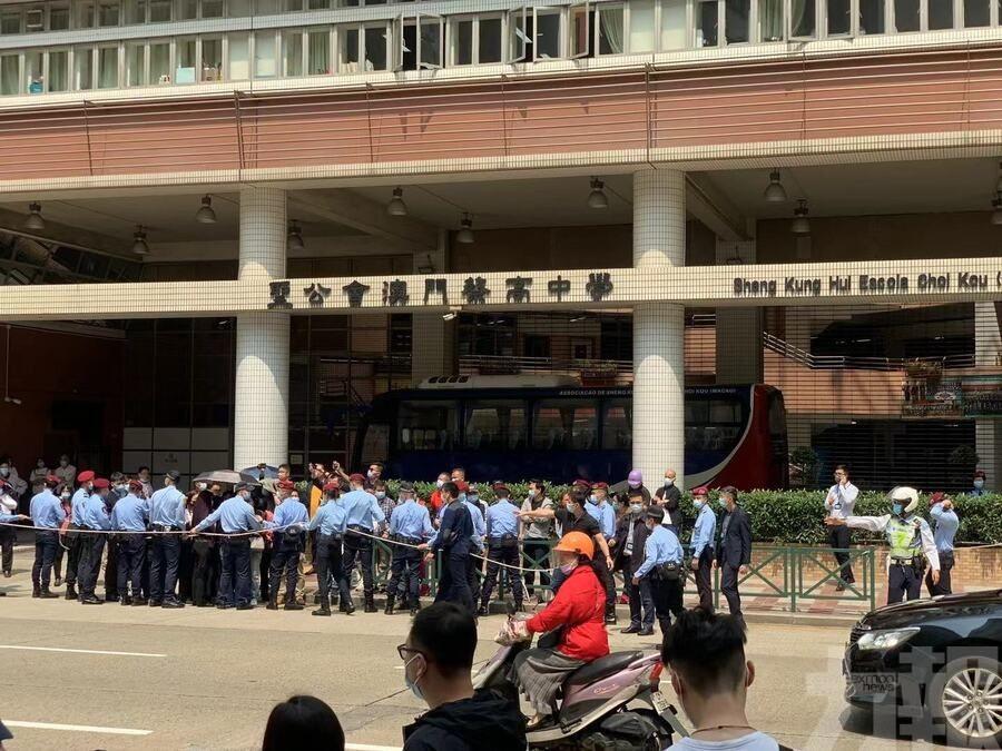 部分聚集至馬路 突破警方封鎖線