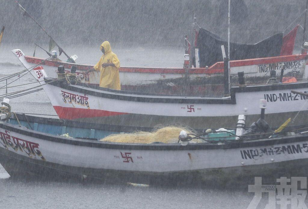 印度一船在孟買附近海域沉沒