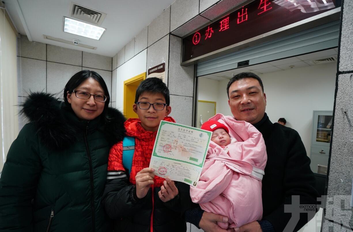 進一步優化生育實施「三孩」政策