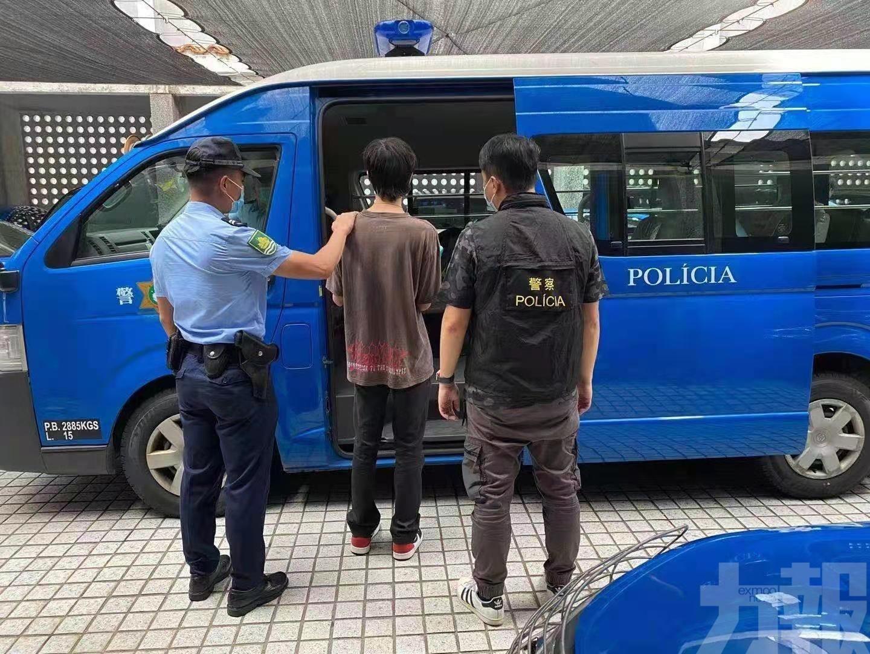 購物商場偷149元衣服被捕