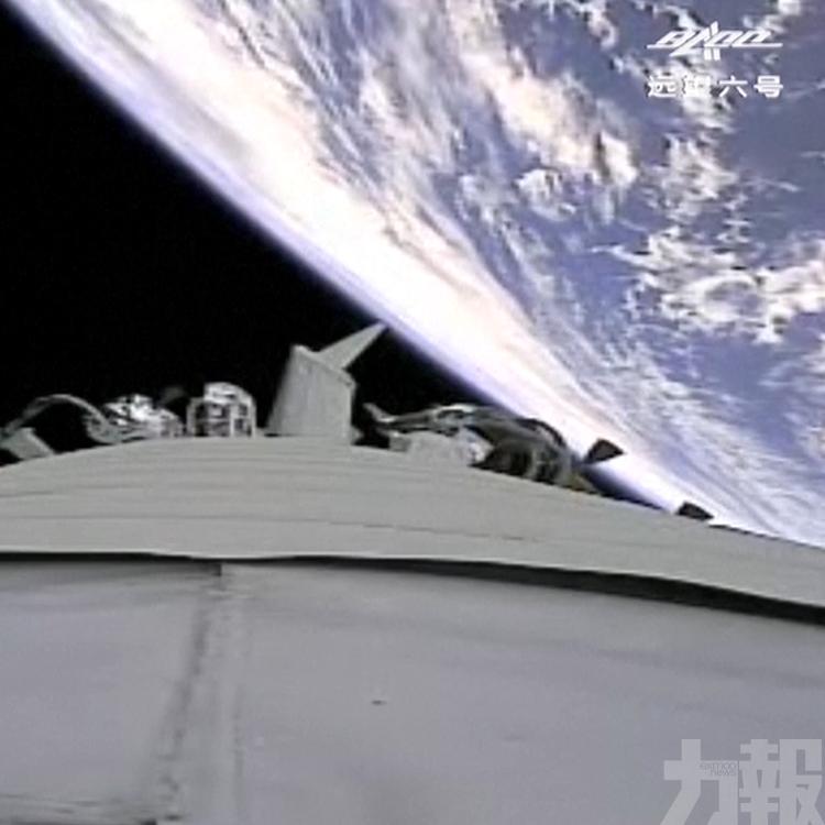 航天員艙內揮手示意狀態不錯