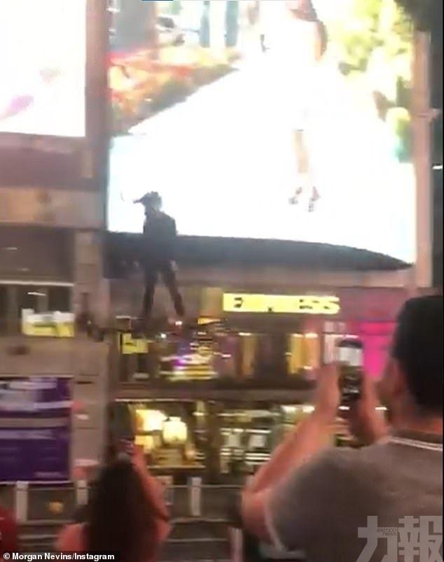 男子腳踩飛行器飛越時代廣場