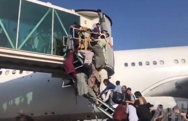 阿富汗民眾湧入機場欲離境