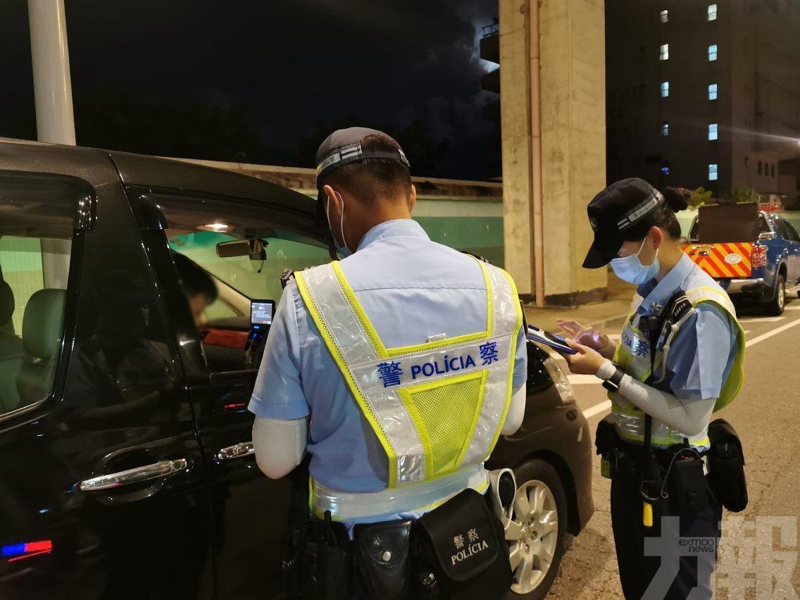三男二女涉違法被帶返警局調查