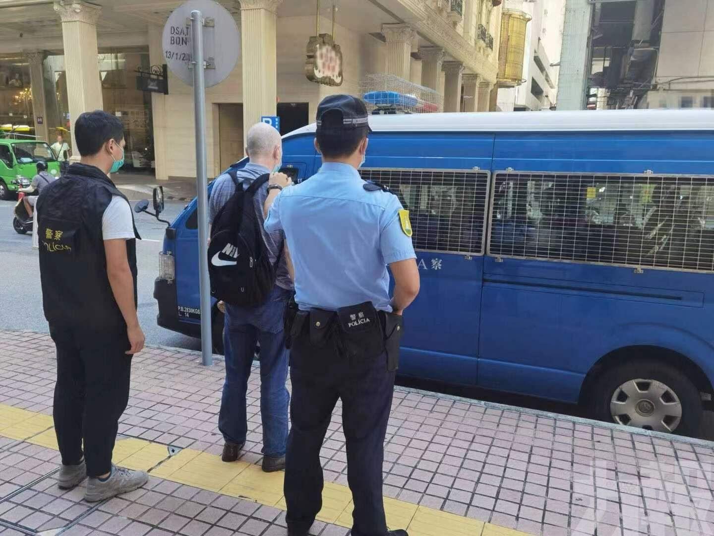 治安警拘捕涉不顧而去旅遊巴司機