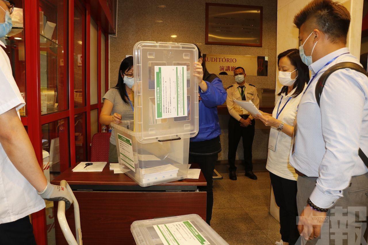 陸續有投票站票箱送抵行政公職局