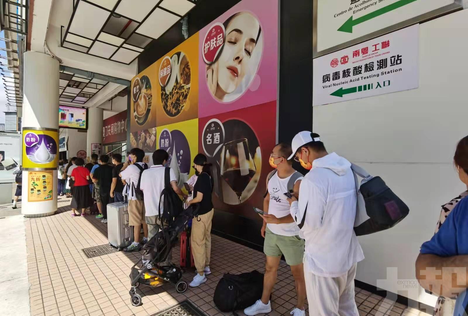 旅客外僱排隊工人球場核檢 有人等候超過兩小時