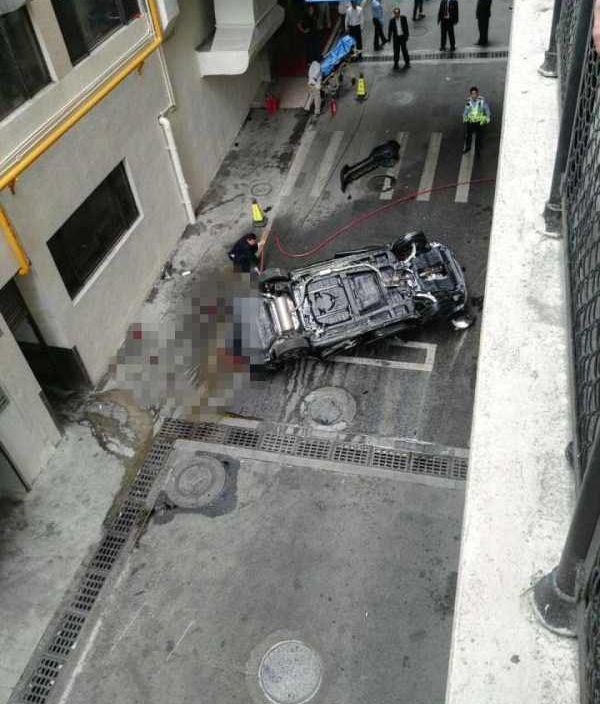 司機倒車衝欄 三樓飛落街慘死