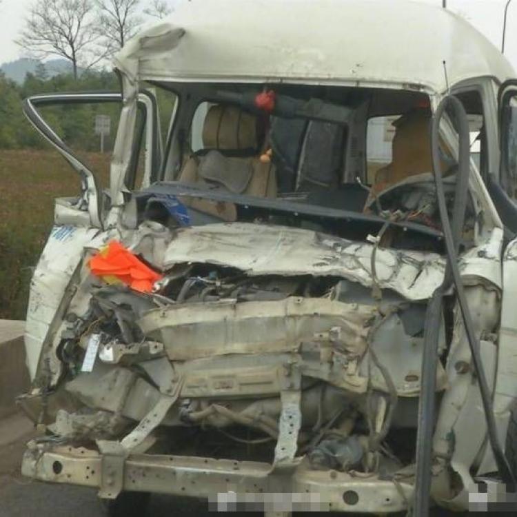 雲南昆楚高速53車相撞四人死亡