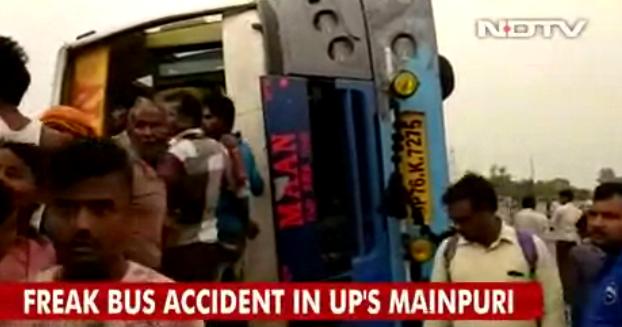 印巴士疑超車翻側 17死35傷