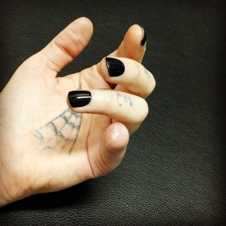 英女自切尾指做「斷指」吊墜