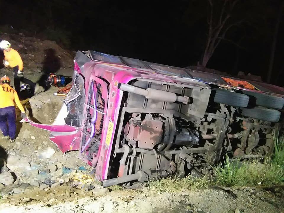 泰雙層巴士翻側 六死44傷