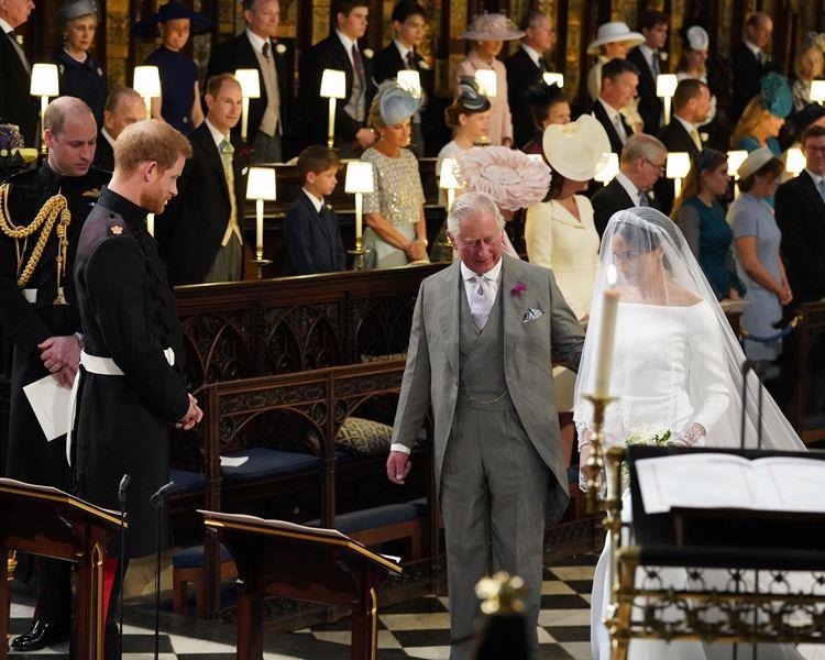 梅根挽查理斯王儲步入教堂