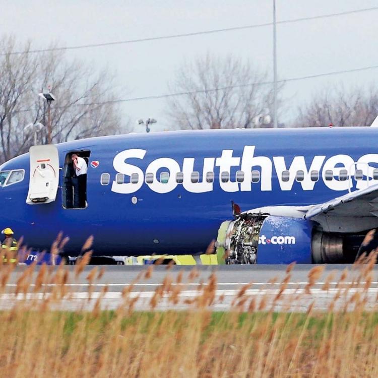 乘客半身飛出艙