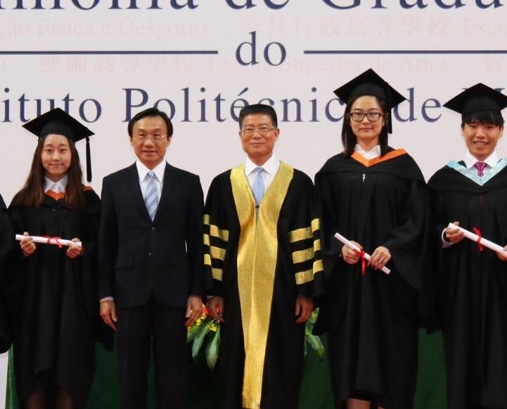 向逾650畢業生頒發證書