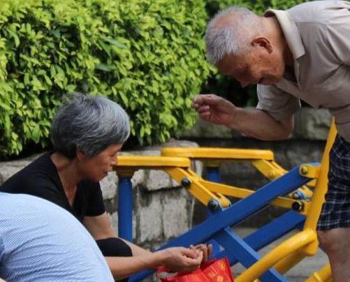 發放殘疾人士津貼及敬老金