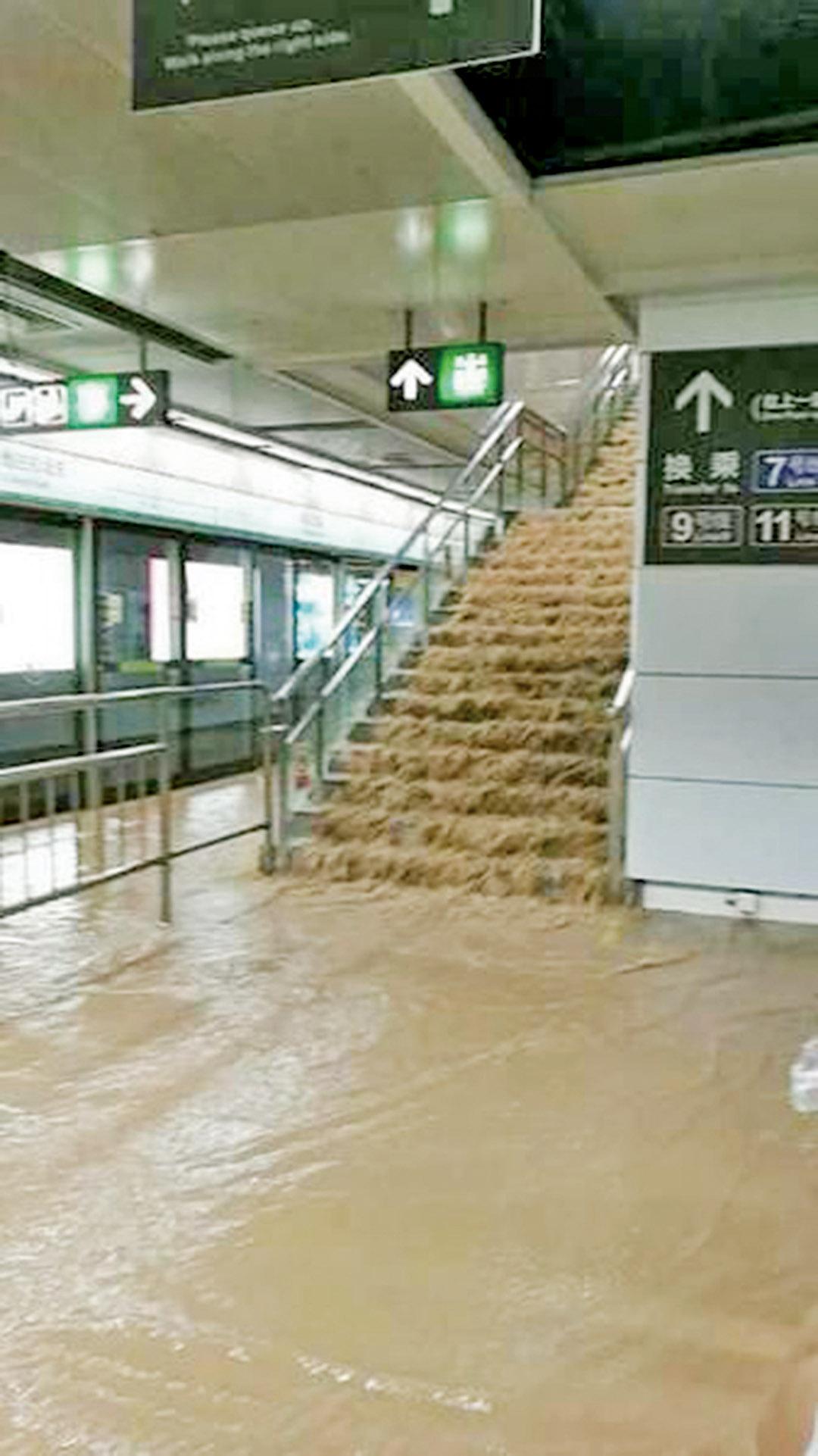 地鐵站現「瀑布景觀」