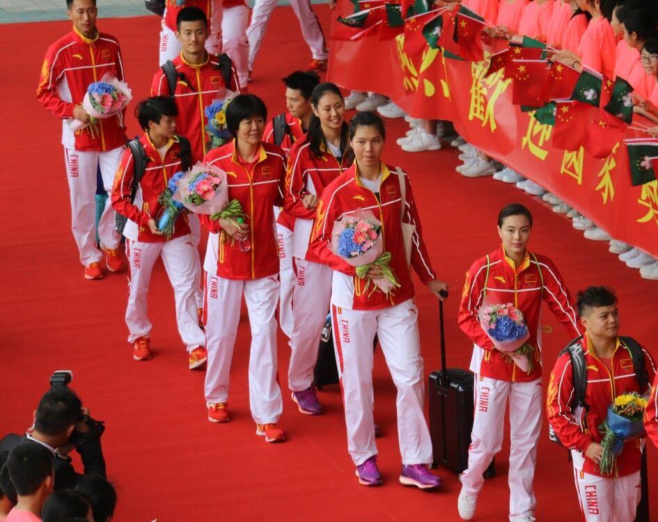 中國金牌運動員下午抵澳