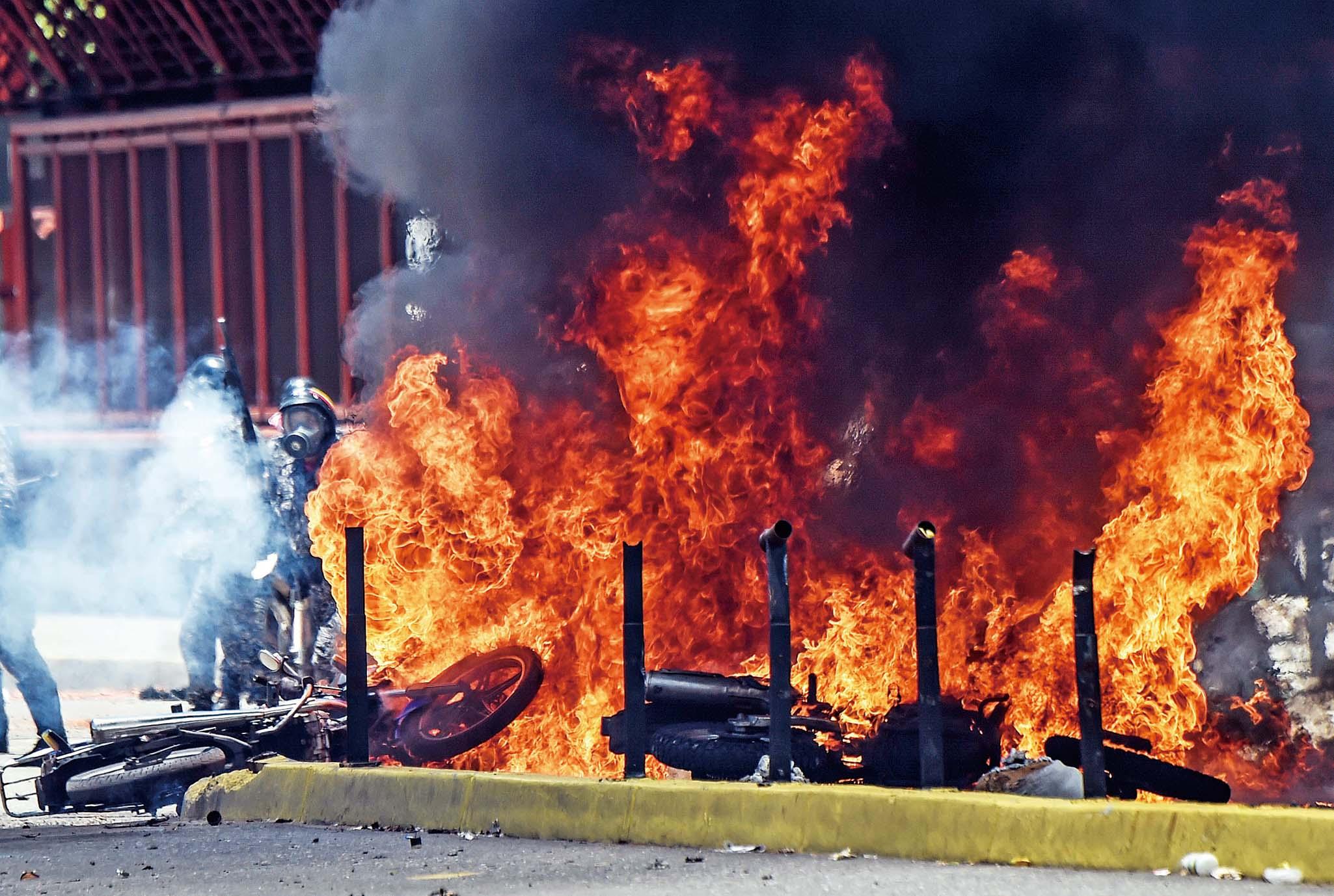 委國全境再掀示威警民惡戰14死