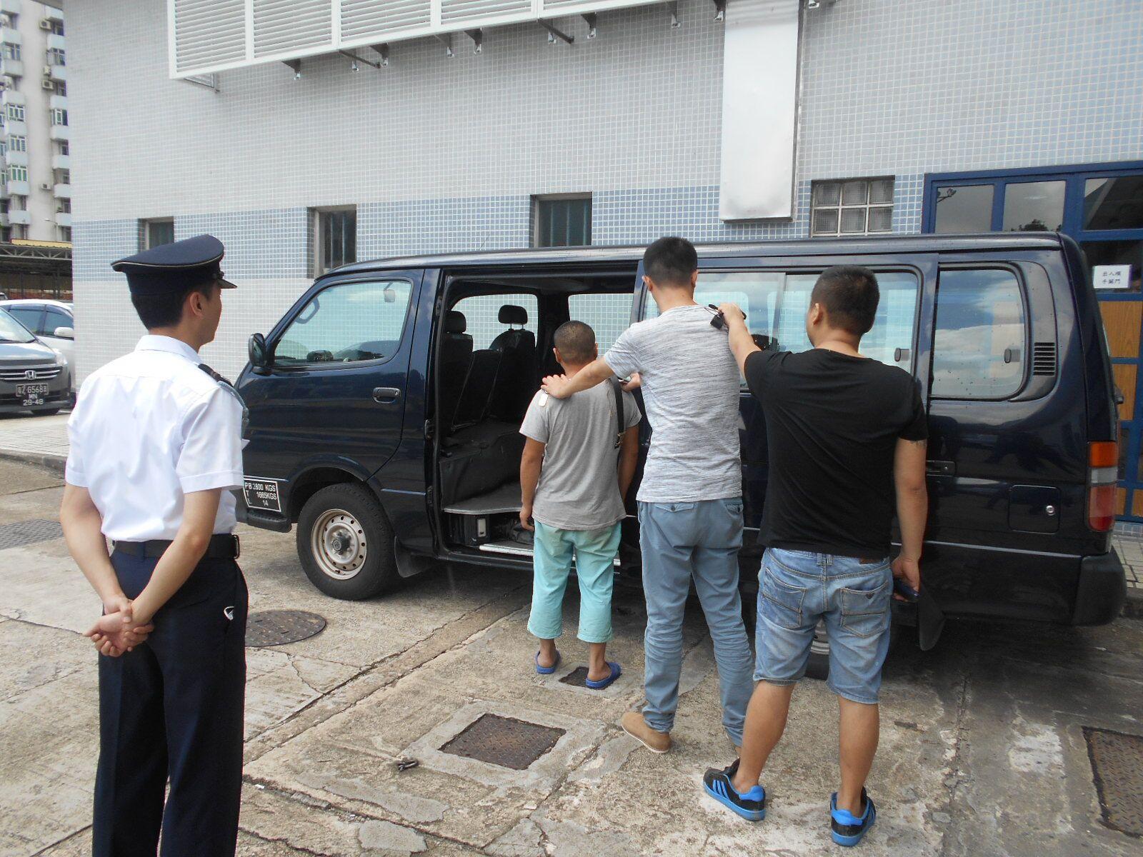 巡邏關員共拘七男