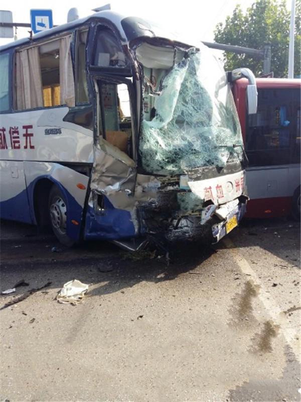 山東貨車連撞巴士客車電單車