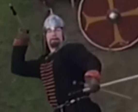 中世紀戰士 擲長矛擊落無人機