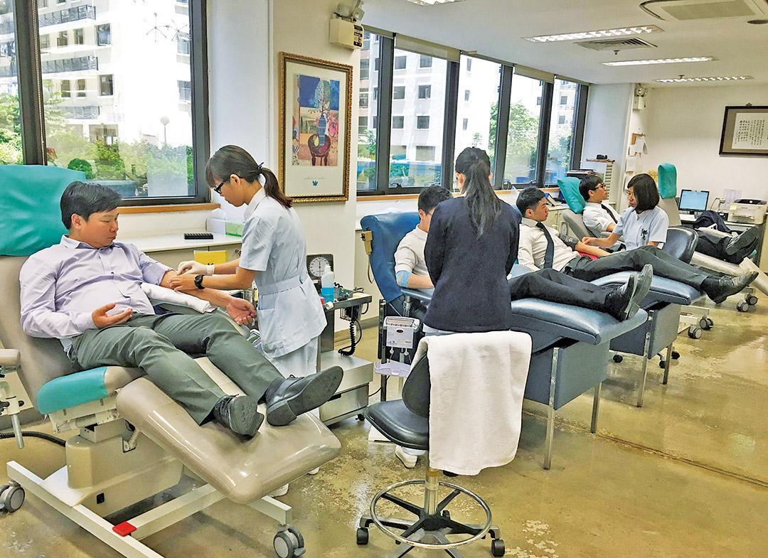 澳門國際銀行員工挽袖捐血