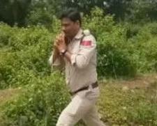 印度英勇員警抱起狂奔