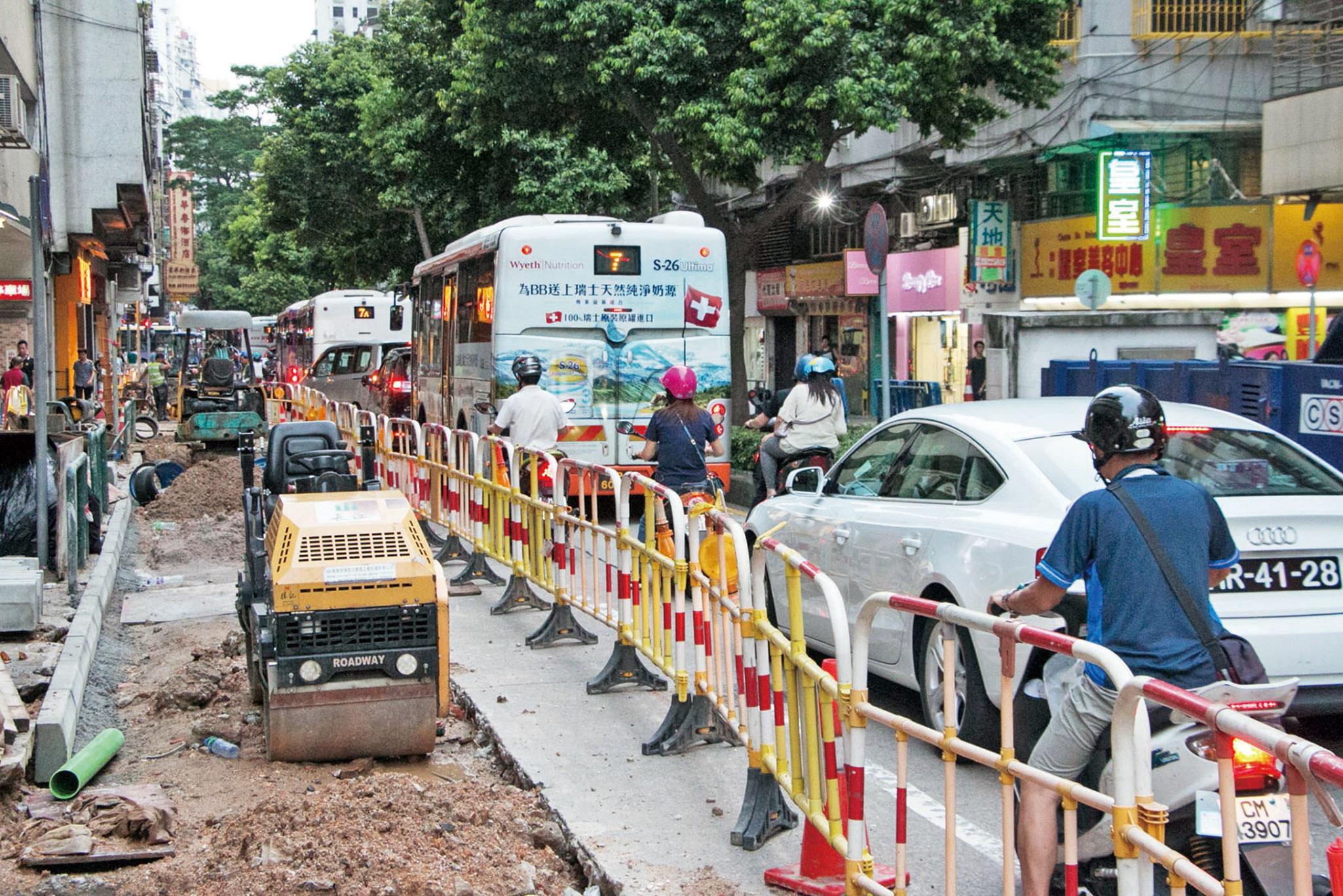 掘路工程未完 開學交通嚴峻