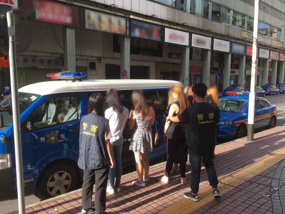 七菲男扮女裝賣淫被捕
