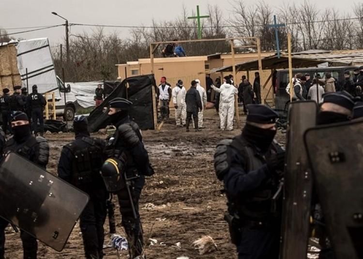 法國警員及民兵毆打加來難民