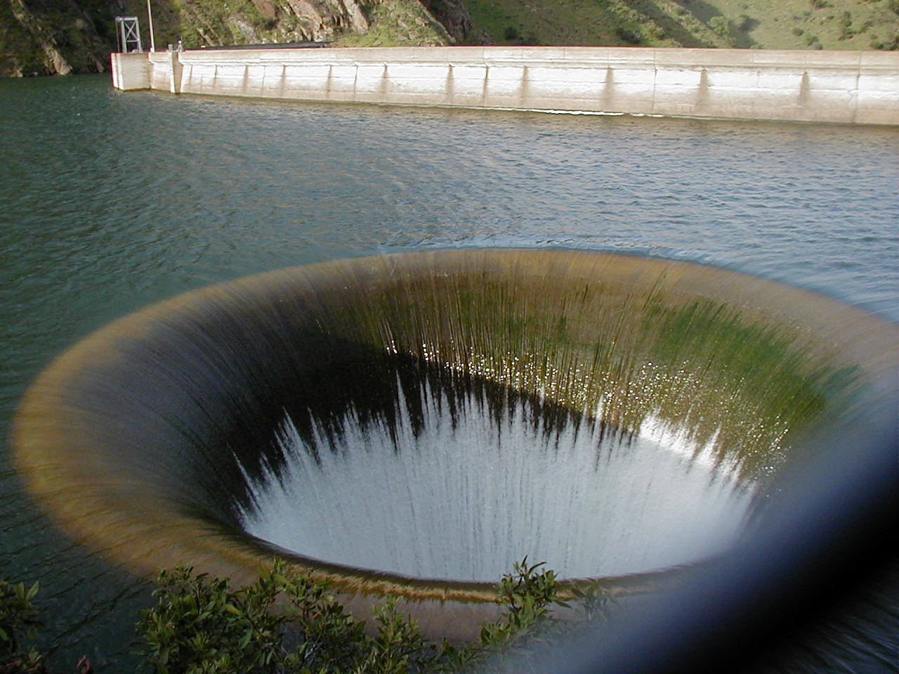 湖泊驚現「巨型黑洞」