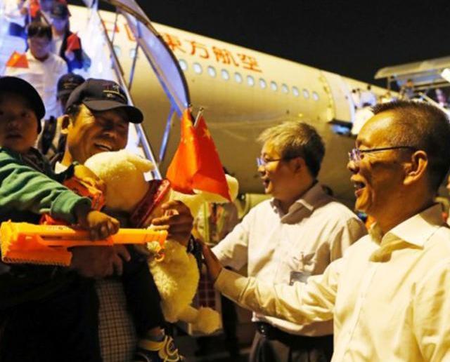 381名受困華公民搭包機返抵上海