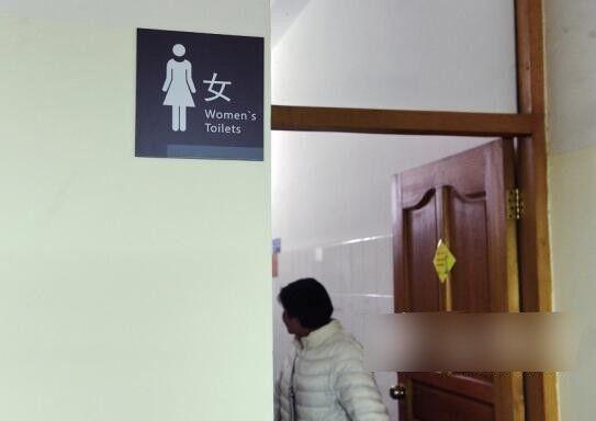 淫狼「掌上壓」窺廁格