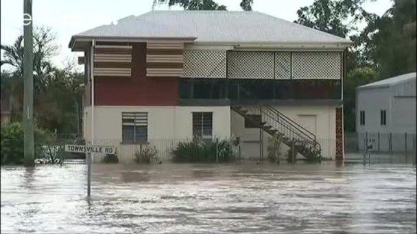 昆士蘭洪水肆虐 鱷魚隨水沖上街