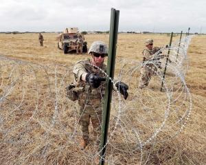 德州邊境築鐵絲網應對